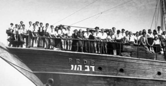 يهود ناجون من الحرب العالمية الثانية يصلون ميناء حيفا عام 1946