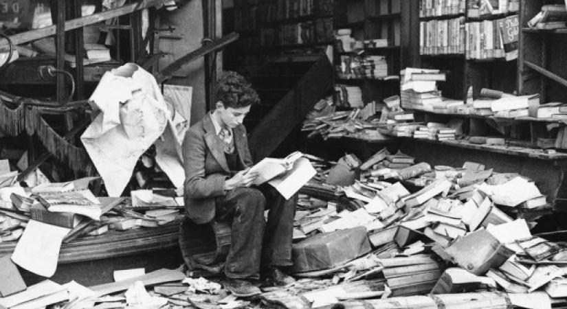 -يقرأ-في-مكتبة-بريطانةي-دمرتها-القوات-النازية-e1409807001143